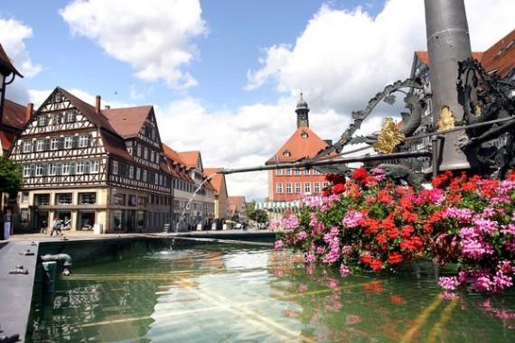 Marktplatz_Rathaus_Brunnen-im-Vordergrund_reference